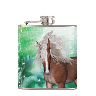 Beau cheval au pays des merveilles flasques