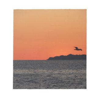 Beau coucher du soleil de mer avec la silhouette bloc-note