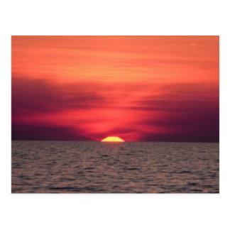 Beau coucher du soleil d'océan carte postale