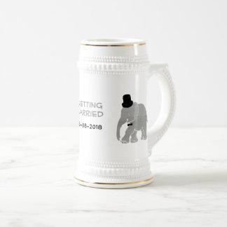 Beau marié vintage d'éléphant avec le cylindre chope à bière