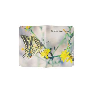 Beau papillon sur la fleur jaune protège-passeports