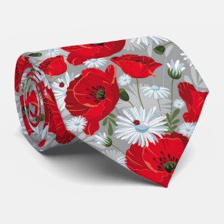 Beau pavot rouge, marguerites blanches et cravate