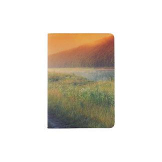 Beau paysage de matin avec la rivière protège-passeports