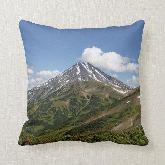 Beau paysage de volcan au jour ensoleillé coussin