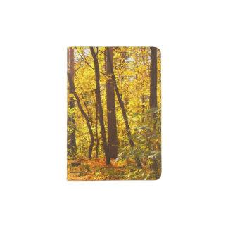 Beau paysage - route dans la forêt d'automne protège-passeport