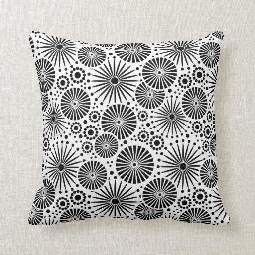 beau r tro coussin noir et blanc zazzle. Black Bedroom Furniture Sets. Home Design Ideas