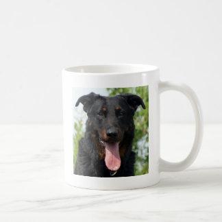 Beauceron.png noir et bronzage mug blanc