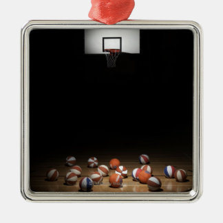 Beaucoup de basket-balls se reposant sur le ornement carré argenté