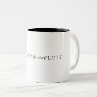 Beauté de découverte dans la tasse de simplicité