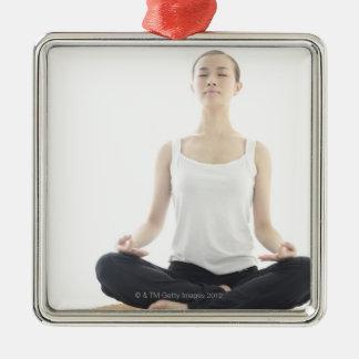 beauté de jeune femme, yoga ornement carré argenté
