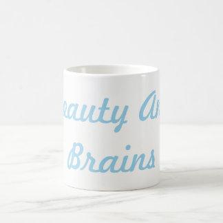 Beauté et tasse de cerveaux