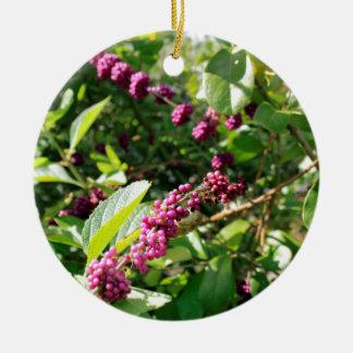 Beautyberry sauvage Bush dehors dans le jour Ornement Rond En Céramique