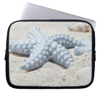 Beaux coquille et sable d'étoile de mer de plage housses ordinateur
