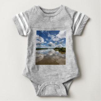 Beaux nuages au-dessus de la rivière, réflexion body