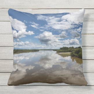 Beaux nuages au-dessus de la rivière, réflexion coussins carrés