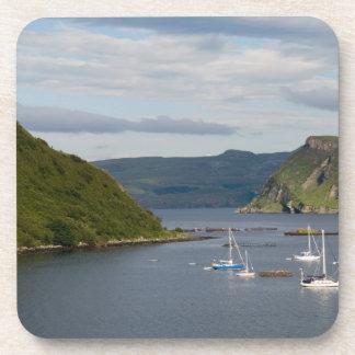 Beaux port et voiliers avec des réflexions dedans sous-bocks