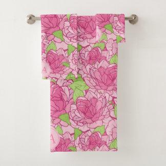 Beaux roses roses décorés d'un monogramme