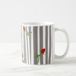 Beaux roses sur la tasse