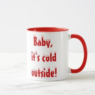 Bébé, c'est tasse extérieure froide