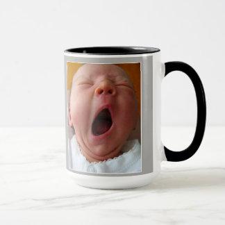 bébé de baîllement avec la tasse drôle de citation