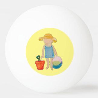 Bébé d'enfant en bas âge de jaune de beurre à la balle de ping pong