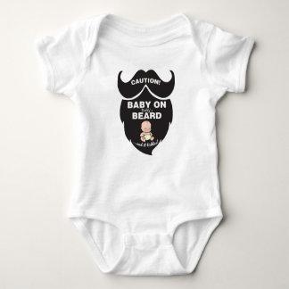 Bébé drôle de fête des pères sur la combinaison de body