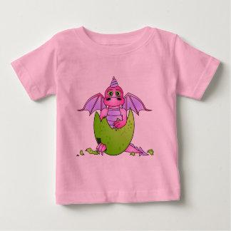 Bébé mignon de dragon en oeuf criqué - t-shirt pour bébé