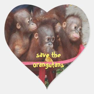 Bébés mignons d'orang-outan sticker cœur