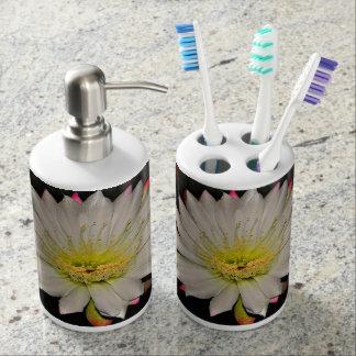Bel ensemble blanc de salle de bains de fleur de portes brosse à dents