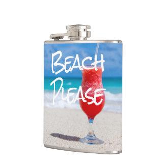 Belle boisson rouge de daiquiri de plage flasques