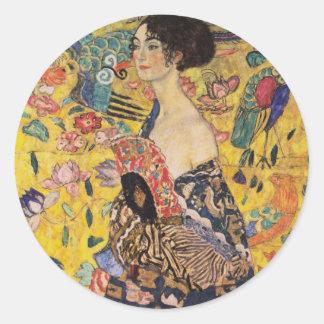 Belle femme avec la fan par Klimt Sticker Rond