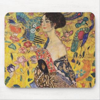 Belle femme avec la fan par Klimt Tapis De Souris