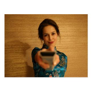 Belle femme tenant un à télécommande carte postale