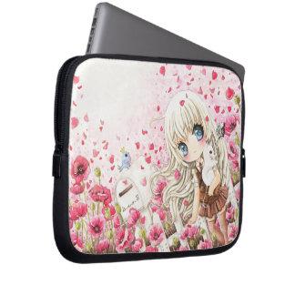 Belle fille sur le gisement de fleurs rose housses ordinateur portable