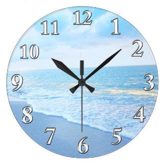 Belle horloge murale de plage de bleu et de