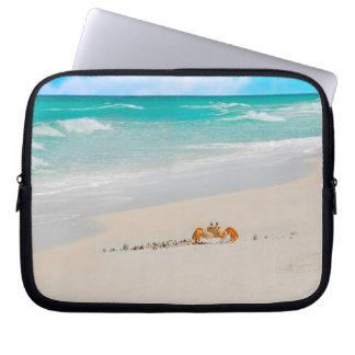 Belle plage avec le crabe housse ordinateur portable