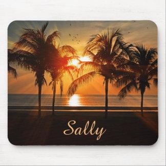 Belle plage de palmiers au coucher du soleil tapis de souris