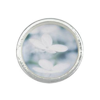 Belles fleurs blanches bagues