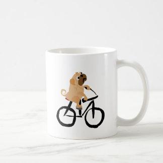 Bicyclette drôle d'équitation de chiot de carlin mug