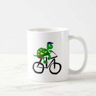 Bicyclette drôle d'équitation de tortue mug