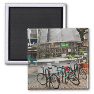 bicyclettes en dehors d'un fleuriste dans le magnet carré