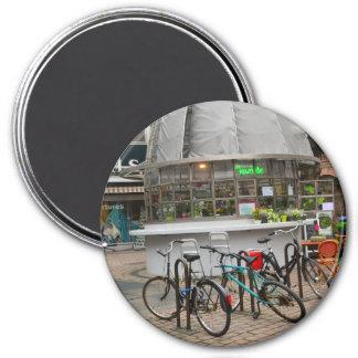 bicyclettes en dehors d'un fleuriste dans le magnet rond 7,50 cm