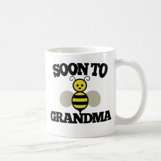 Bientôt à la grand-maman d'ABEILLE Mug