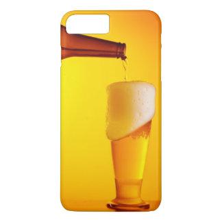 Bière de versement de serveur, verre d'une boisson coque iPhone 7 plus