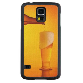 Bière de versement de serveur, verre d'une boisson coque slim galaxy s5 en érable