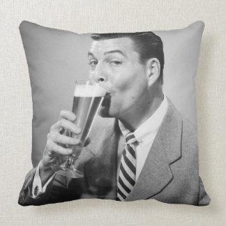 Bière potable d'homme d'affaires oreillers