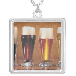 Bières et bières anglaises assorties pendentif carré