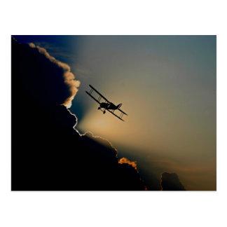 Biplan et coucher du soleil carte postale