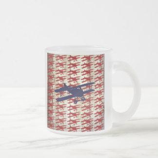 Biplan vintage sur les cadeaux en bois d'aviation mug en verre givré