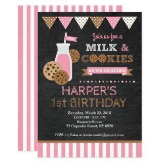 Biscuits et invitation d'anniversaire de lait